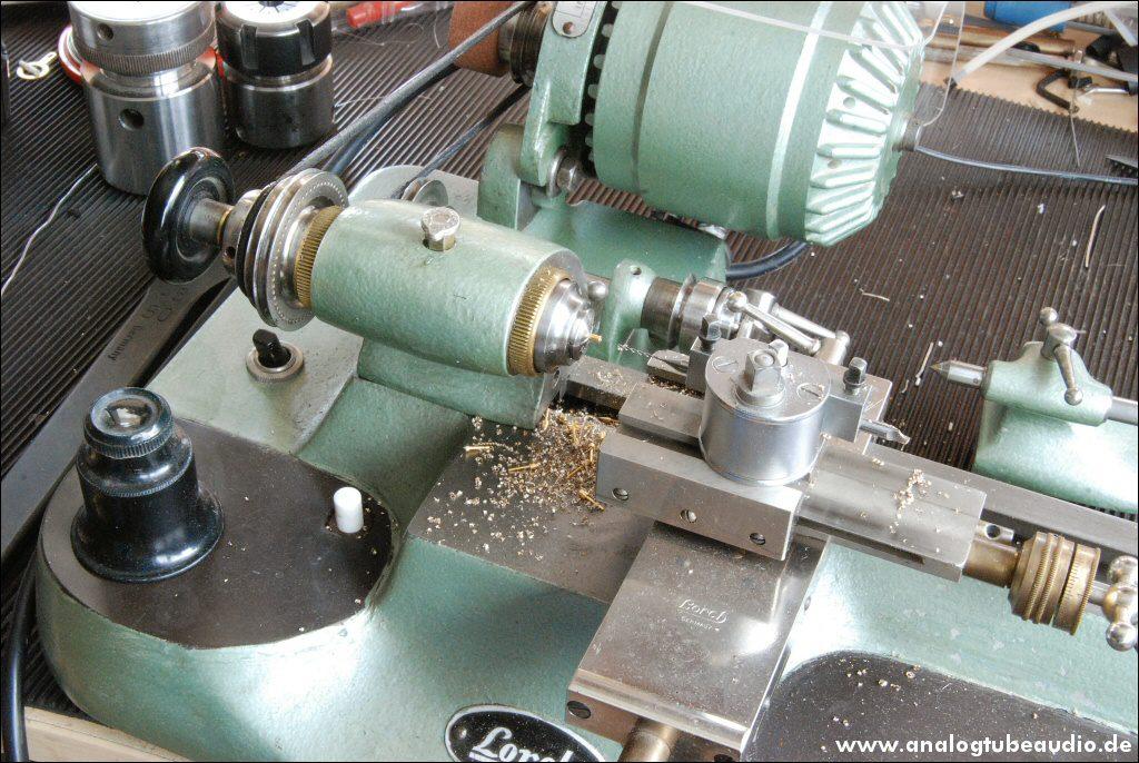 Uhrmacher-Drehbank Lorch in unserer Werkstatt zur Herstellung von Steckkontakten für Headshell-Kabel